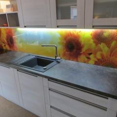 Fotoklaas köögitagaseinale päevalilledega
