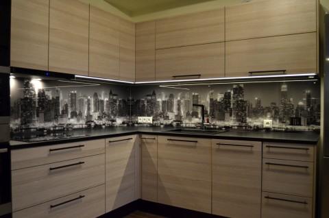 Fotoklaas köögi tagaseinale must-valge linnaga