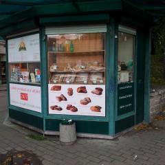 Prinditud reklaamkleebised kioskil.